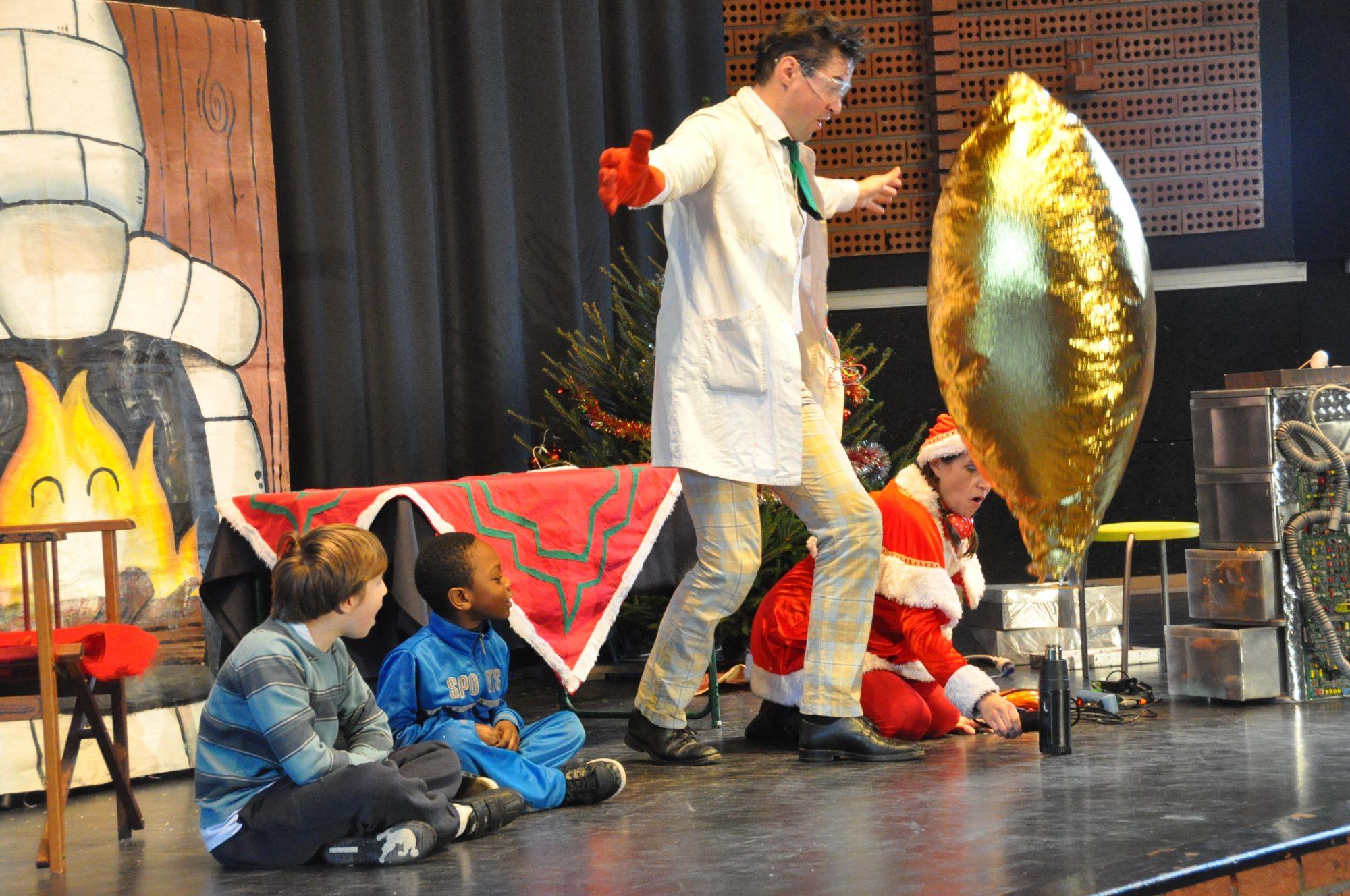 spectacle enfant de Noël expériences scientifiques cehz le Père Noël ludique, pédagogique, interactif et humoristique